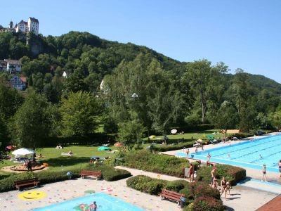 Freibad Egloffstein mit Blick auf die Burg